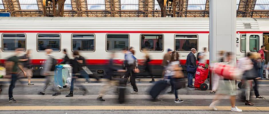 bild på tågstation med mycket folk